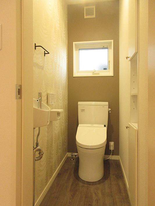 1階トイレは小さい手洗い器を付けるのが正のスタンダード。