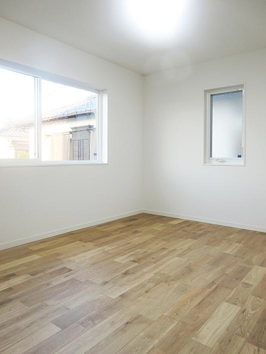 1階寝室。北側の窓から入る柔らかい光が室内を照らします。