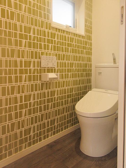 トイレの壁紙は昔からある北欧テキスタイルブランド、フィンレイソンのデザイン。