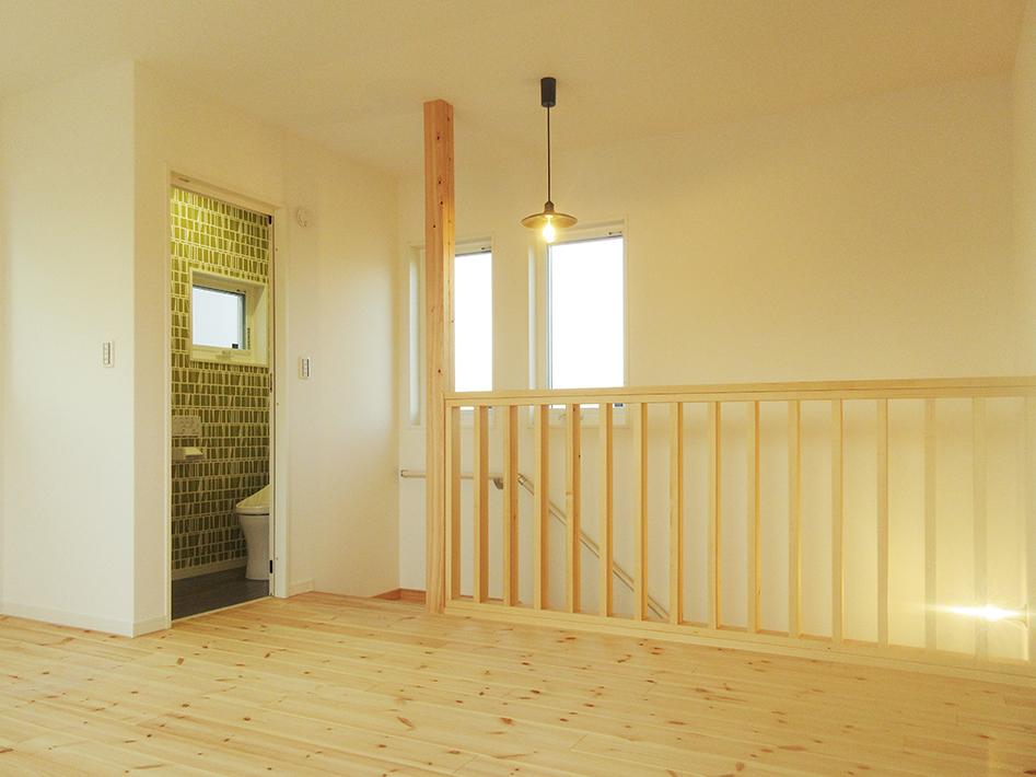2階床材はパイン材で明るい雰囲気。