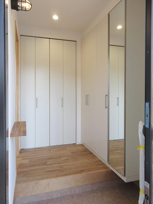 玄関入って正面と右側はすべて壁面収納。
