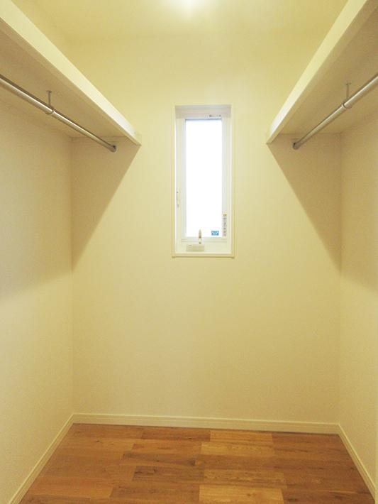 ウォークインクローゼットを1階の廊下に設けました。