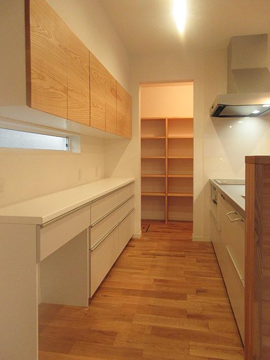 木目とホワイトのバランスをちょうどよく配置したキッチンです。