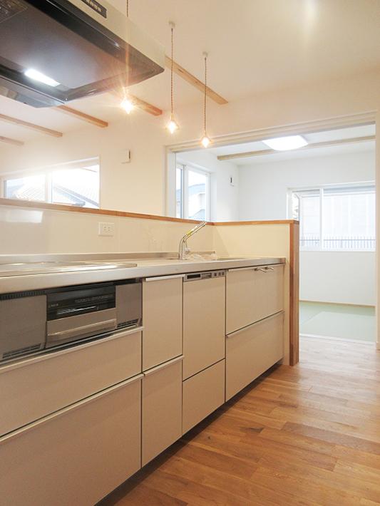 サイドフードで壁をなくしたキッチンは視界も広々!