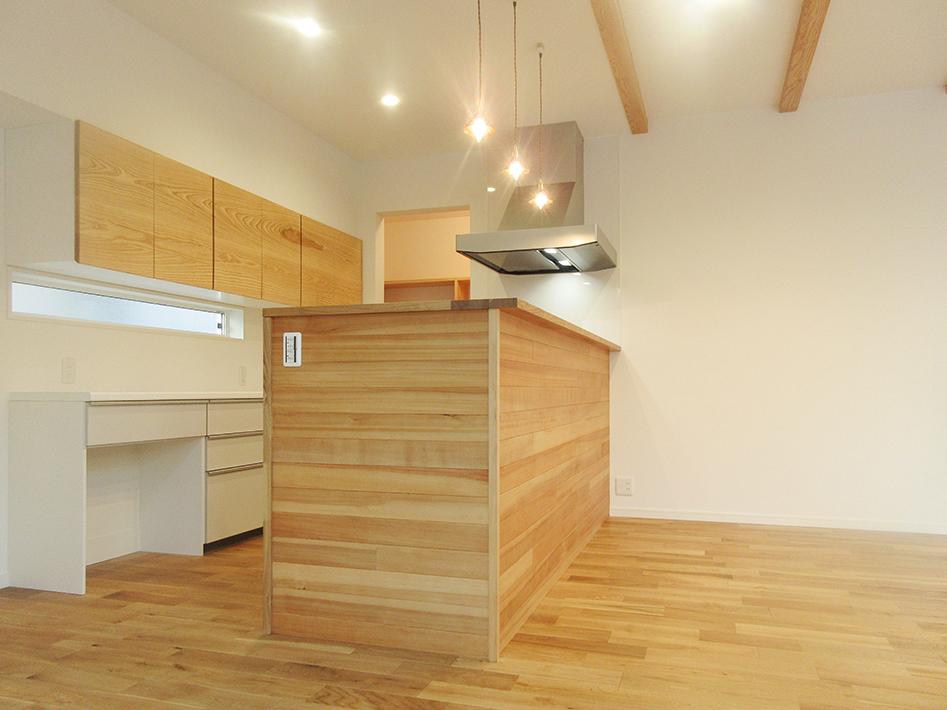 キッチン腰壁の栂材がいいアクセントになっています。