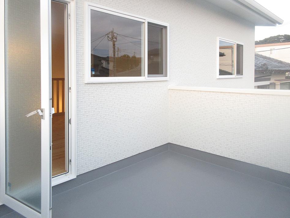 1階の和室上は6畳のバルコニー。