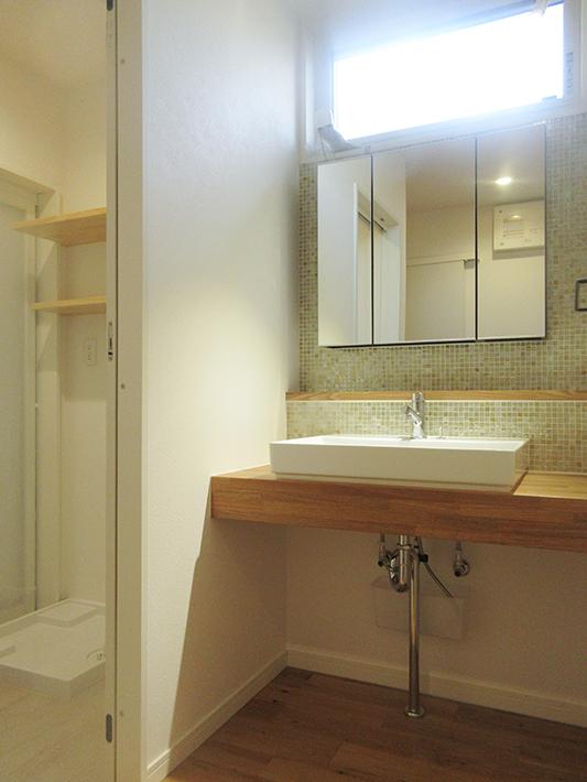 脱衣室と洗面台が分かれていると家族が複数人で使う時も便利。