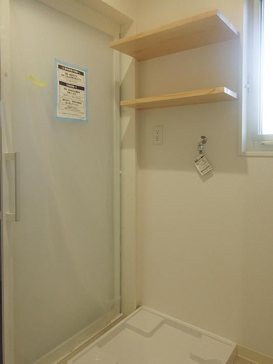 洗面室には必ず棚板をつけるのも正のスタンダード。