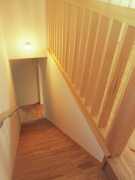 2階ホールと階段をつなぐ手すりから光と風が通ります。