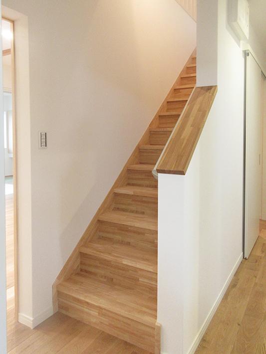 メータモジュールの階段は幅がひろく、階段下を収納に活用しています。
