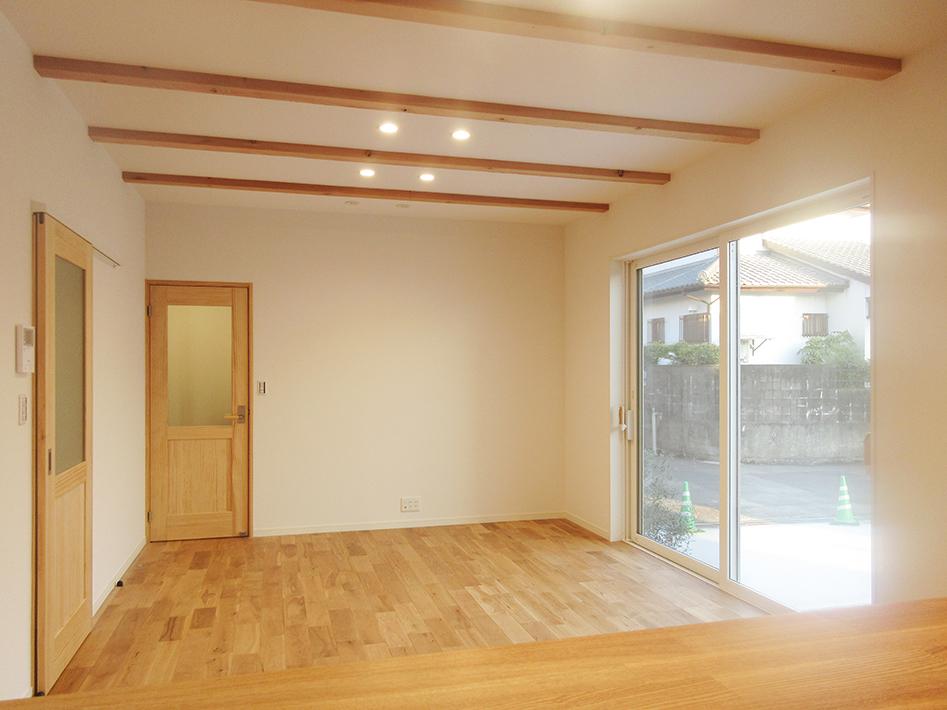 17.5畳のLDK。オークの床材と無垢パイン材ドアとの組み合わせ。