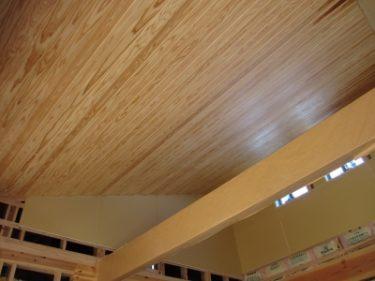 木張りの勾配天井