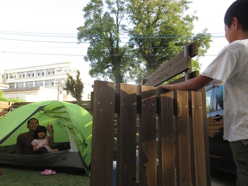 広い庭でテントを張って、お家アウトドア!