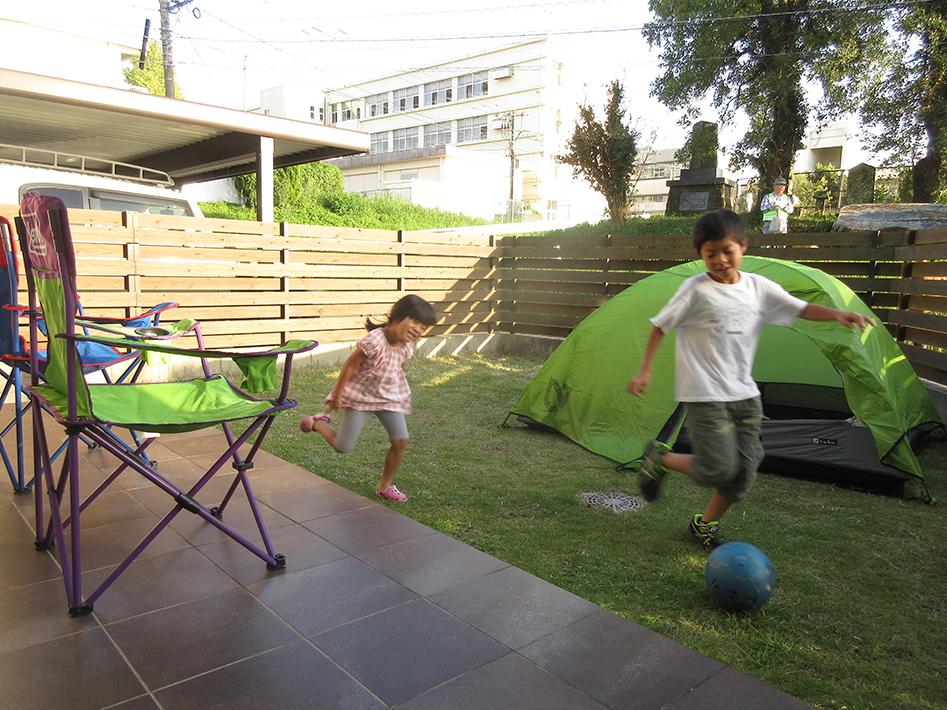 フェンスで囲まれた庭は安心してボール遊びもできる