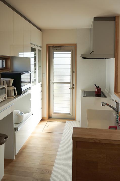 白で統一したシンプルなキッチン