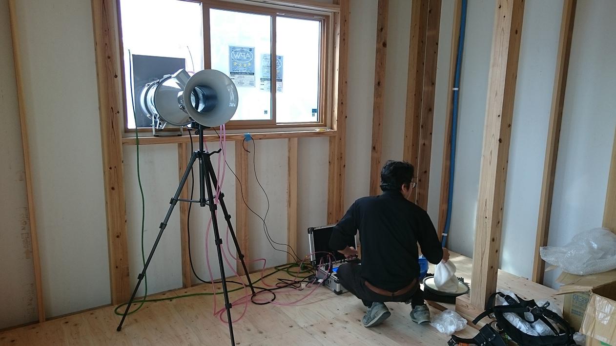 細かな配慮で隙間をなくす施工を行い、全棟気密検査を行います。